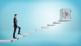 En affärsman på blå bakgrund som uppför trappan går till en säker ask för stor metall på konkreta kvarter Royaltyfri Fotografi