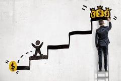 En affärsman på en stege drar en trappuppgång med en man som kör för ett mynt i stället för för flera myntpåsar på överkanten fotografering för bildbyråer
