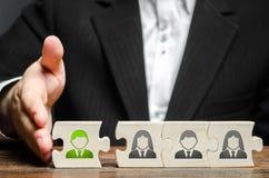En affärsman sammanfogar ny anställd till laget som dess ledare Hyra nya anställda för projektet , teamwork royaltyfri foto