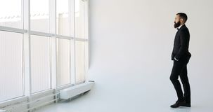 En affärsman ser ut fönstret i en tankfull väg Vit bakgrund lager videofilmer