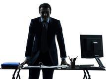 En affärsman som ler den vänliga silhouetten Arkivbilder