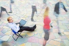En affärsman som ser kameran på gatan Royaltyfria Foton