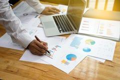 En affärsmanarbetsritning affären och analysen Arkivbild