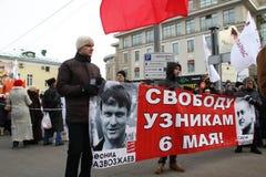 En affisch i service av politiska fångar Leonid Razvozzhaev och Sergei Udaltsov Royaltyfria Bilder