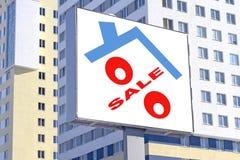 En affischtavla som annonserar försäljningen av fastigheten Arkivfoton