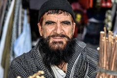 En afghansk man som säljer miswaks i Gardez, Afghanistan arkivbild