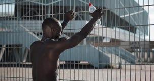 En afrikansk amerikan vilar efter en maratonkörning Utbildning konkurrens, spring, Halv-maraton, maraton, OS lager videofilmer