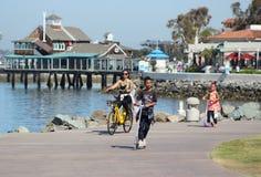 En afrikansk amerikanfamilj tycker om en ritt i San Diego ` s Embarcadero Marina Park arkivbilder