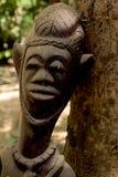 En afrikansk träskulptur i Gambia royaltyfria foton