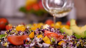 En ajoutant l'huile aux légumes mélangez aux pousses - plan rapproché, mouvement lent banque de vidéos