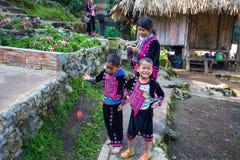 En Akha familj poserar för turist- foto på Doi Pui Mong Hill Tribe Village, Chiang Mai, Thailand royaltyfria bilder