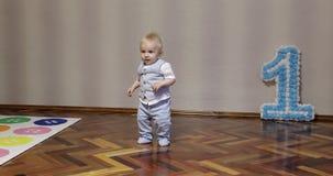 En aktiv pys dansar hemma på hans födelsedag lager videofilmer