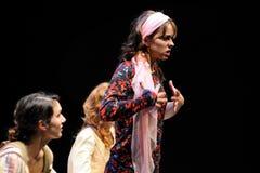 En aktris av det Barcelona teaterinstitutet, lekar i komedin Shakespeare för ledare Royaltyfri Foto