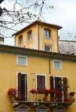 En akvarell av ett italienskt hus med gernaiums royaltyfri bild