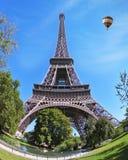 En al lado de la torre flota el globo gigante Foto de archivo