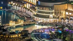 En allmän sikt av bron över timelapse för konstgjord sjö i i stadens centrum Dubai, Förenade Arabemiraten lager videofilmer