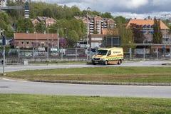 En ambulans som rusar till och med trafik royaltyfria foton