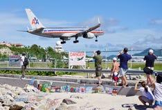 En American Airlines Boeing 757 landar över Maho Beach i St Martin royaltyfri fotografi
