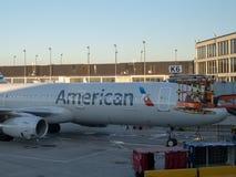 En American Airlines nivå tankar på en terminal på San Francisco International Airport SFO royaltyfria bilder