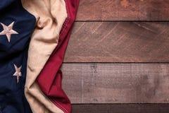 En amerikanska flaggan eller en bunting på en träbakgrund arkivfoto
