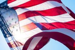 En amerikanska flaggan på en stege för brandlastbil Arkivfoton