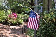 En amerikanska flaggan på ingången av naturkustbotaniska trädgården i Spring Hill, Florida Royaltyfri Bild
