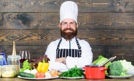 En amor con la comida sana Aliste para trabajar Receta vegetariana sana El cocinar barbudo del sombrero y del delantal del inconf fotos de archivo libres de regalías