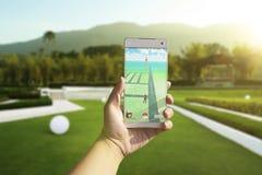 En Android användare undertecknar upp Pokemon går utomhus Fotografering för Bildbyråer