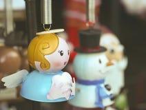 En Angel Christmas Ornament med frostigt och jultomten Royaltyfri Bild