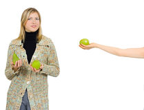 en annan äppleflicka ger en till Fotografering för Bildbyråer