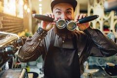 En annan bild av den lyckliga och roliga unga baristaen som rymmer till cezve- och räkningsmunnen med dem Han ser på kamera grabb arkivbilder