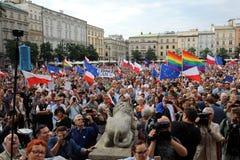 En annan dag i Cracow tusentals folk protesterar mot kränkning den konstitutionella lagen i Polen Arkivbilder