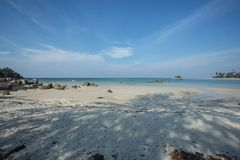 En annan sida av den härliga stranden, Trikora, Bintan Ö-Indonesien royaltyfria foton