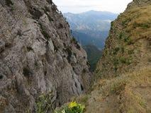 En annan sikt från `` Drakolimnien `` en alpin sjö i berget Tymfi 2497m Nordliga Pindos Royaltyfri Bild