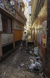 En annan smutsig gränd i Varanasi Arkivbilder