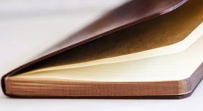 En anteckningsbok är på tabellen Royaltyfri Foto