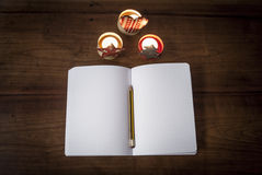 En anteckningsbok och julpynt Arkivbild