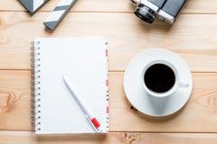 en anteckningsbok på vårar från över, en kopp kaffe och objekt Fotografering för Bildbyråer