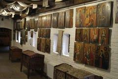 En antik bröstkorg och gamla symboler på väggen Arkivbilder