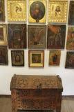 En antik bröstkorg och gamla symboler på väggen Arkivfoto