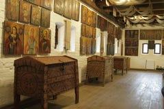 En antik bröstkorg och gamla symboler på väggen Arkivfoton