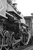 En antik lokomotiv låter av ånga Royaltyfri Foto