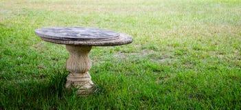 En antik tabell som göras av stenen Arkivfoton