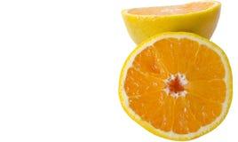 En apelsin som klipps i halva Arkivfoton
