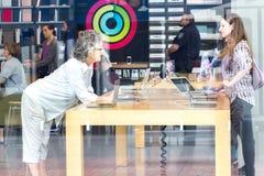 En Apple Store till och med ställa ut royaltyfri bild