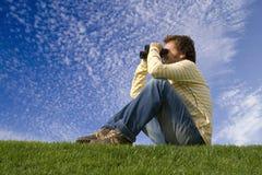 En appréciant et observez la nature photos libres de droits