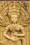En Apsara dans sned på sandstenväggbakgrunden Apsara är en kvinnlig ande av molnen och vattnet i hinduisk kultur Honom royaltyfri fotografi