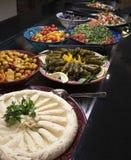 En arabisk buffé med orientalisk mat arkivbilder