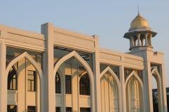 en arabiska utformar byggnad i en solnedgång Arkivfoto