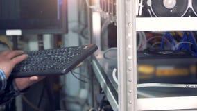 En arbetare knackar lätt på på ett tangentbord, slut upp lager videofilmer